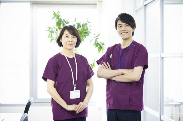 女性と男性の作業療法士